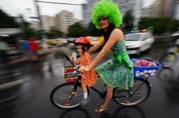 Skirt-clad Romanian women promote 'stylish' cycling