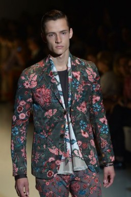 Floral tailoring at Gucci ©AFP PHOTO / GABRIEL BOUYS