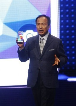 President and CEO Head of IT and Mobile and Communication Division at Sansung Electronics JK Shin presents a smartphone Galaxy S5 during a press conference at the Mobile World Congress in Barcelona, on February 24, 2014. ©AFP PHOTO / QUIQUE GARCIA