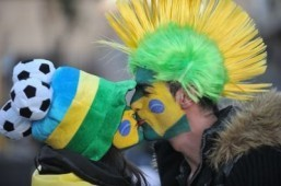 Two Brazil fans kiss as they arrive at Ellis Park stadium to watch the 2010 Football World Cup match between Brazil and North Korea on June 15, 2010 in Johannesburg. © AFP PHOTO / MONIRUL BHUIYAN