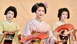 Japan's dainty geishas in secret fast-food raids