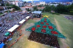 Handout picture released by the Honduran presidency showing the biggest human Christmas tree which set a new Guinness World Record at the Plaza La Democracia, in Tegucigalpa ©AFP PHOTO / PRESIDENCIA