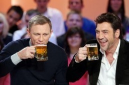 "British actor Daniel Craig (L) and Spanish actor Javier Bardem, starring in the new James Bond film ""Skyfall"", drink beer glasses as they take part in the TV show ""Le grand journal"" on a set of French TV Canal+, on October 25, 2012 in Paris. ©AFP PHOTO / THOMAS SAMSON"
