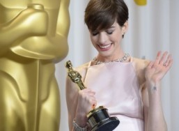 "Anne Hathaway with her Supporting Actress Oscar for ""Les Miserables"" ©AFP PHOTO / Joe KLAMAR"