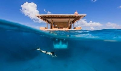 The Manta Resort's underwater hotel room. ©Photographer Jesper Anhede
