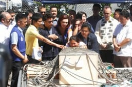 In tears, family meets remains of OFW Joanna at Iloilo airport