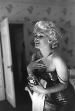 "Ed Feingersh: Marilyn Monroe putting on perfume during a photo shoot before the premiere of the play ""Cat on a Hot Tin Roof"" by Tennessee Williams, 1955 ©Collection Chanel, Paris (France) © Photo Ed Feingersh © Michael Ochs Archives / Getty Images"