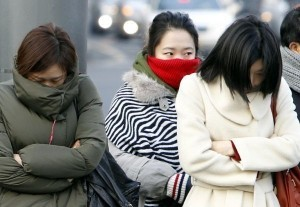 Shivering S. Koreans battle 'Big Chill' in offices