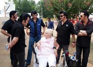 Fans flock to Graceland in memory of Elvis Presley
