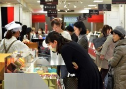 Japan women, not men, throng stores for Valentines
