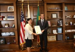 Mayor Eric Garcetti presenting a Certificate of Recognition to Consul General Ma.         Hellen Barber De La Vega.