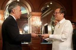President Benigno S. Aquino III accepts the credentials of United States of America Ambassador to the Philippines Philip Goldberg during the Presentation of Credentials at the Music Room of Malacañang on Monday (Dec. 2, 2013). (MNS photo)