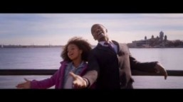 "Video screenshot: Wallis and Foxx sing in ""Annie"" ©Sony Pictures / YouTube LLC"