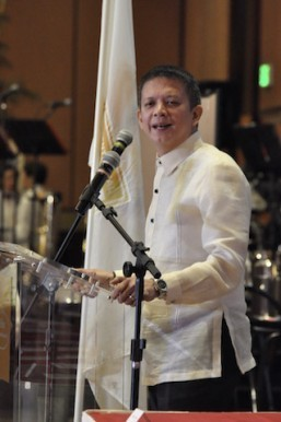 Senator Chiz Escudero speaks before Filipino-Americans celebrating the 117th anniversary of the Philippine Independence Day at Hilton Universal City here in Los Angeles. Photo: Joe Cobilla
