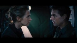 "Screenshot: Tom Cruise and Emily Blunt must save the world in ""Edge of Tomorrow."" ©All rights reserved - Warner Bros. Pictures / YouTube LLC"