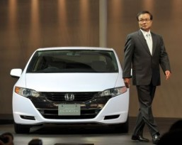 In 2009, Honda presented a concept car FCX Clarity, a fuel-cell electric vehicle that runs on electricity produced from hydrogen. General Motors and Honda will combine forces to develop hydrogen fuel cell vehicles in the hopes of delivering them to customers by around 2020, the US and Japanese automakers said Tuesday. ©AFP/KATSUMI KASAHARA