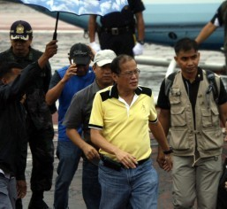 Aquino asserts control over relief effort