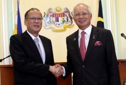 (KUALA LUMPUR, Malaysia) President Benigno S. Aquino III poses with Malaysian Prime Minister Dato' Sri Haji Mohammad Najib bin Tun Haji Abdul Razak for a snap shot during the joint press statement after the signing ceremony at the Multi-purpose Hall on Friday (February 28) during his State Visit to Malaysia. (MNS photo)