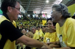 Roxas camp says Duterte 'a threat to democracy'