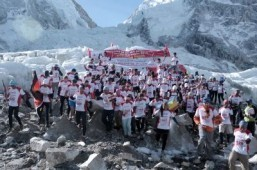 World's highest marathon returns to quake-hit Everest