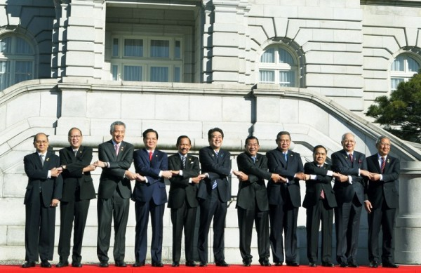 TOKYO, Japan – President Benigno S. Aquino III links arms with  Myanmar President Thein Sein, Singapore Prime Minister Lee Hsien Loong, Vietnam Prime Minister Nguyen Tan Dung, Brunei Darussalam Sultan Haji Hassanal Bolkiah Muzzaddin Waddaulah, Japanese Prime Minister Shinzo Abe, Cambodia Prime Minister Hun Sen, Indonesia President Susilo Bambang Yudhoyono, Laotian Prime Minister Thongsing Thammavong, Malaysia Prime Minister Tun Abdul Razak and Thailand Deputy Prime Minister Pracha Promnok for the group photo for the ASEAN – Japan Commemorative Summit at the Main Garden of the Akasaka State Guest House on Saturday (December 14).  The ASEAN-Japan Commemorative Summit will be the culminating event to a full year of activities commemorating 40 years of ASEAN-Japan relations. (MNS photo)