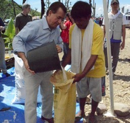 Chairman Royce assists in distribution of food aid to families affected by Typhoon Yolanda (MNS photo)