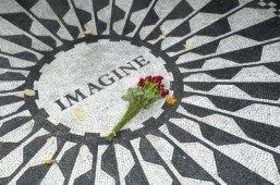 The Strawberry Fields John Lennon memorial in Central Park, New York ©VICTOR TORRES/shutterstock.com