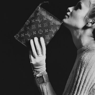 The British model Twiggy posing with a Louis Vuitton pouch in Monogram canvas, photographed by Bert Stern for Vogue UK in 1967 ©Bert Stern